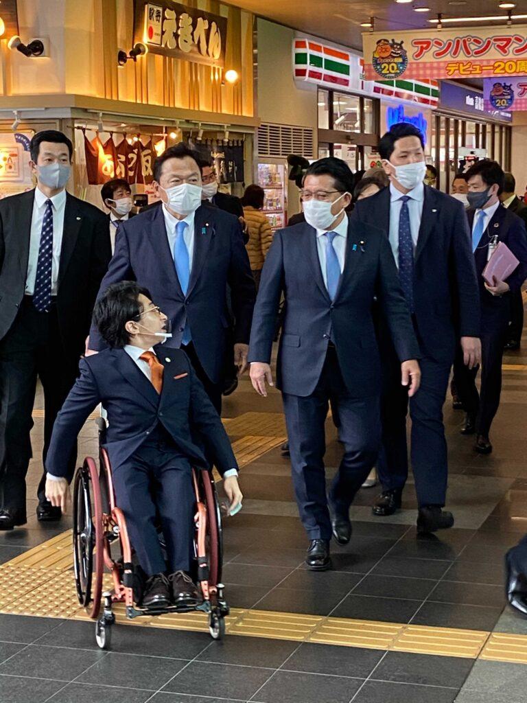左から、代表・垣内、赤羽国土交通大臣、平井デジタル改革担当大臣